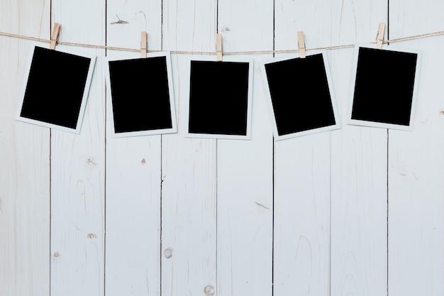 5 사진 프레임 빈 나무 보드 배경에 매달려.