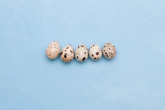 Пять перепелиных яиц на синем фоне узор место копия вид сверху копия пространства