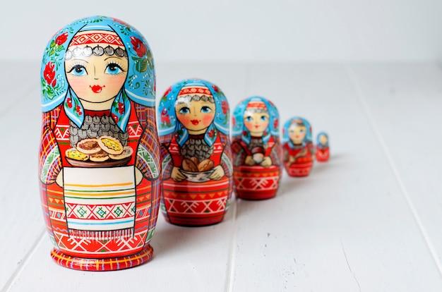 5つの赤いマトリョーシカ。伝統的なロシアのおもちゃ。