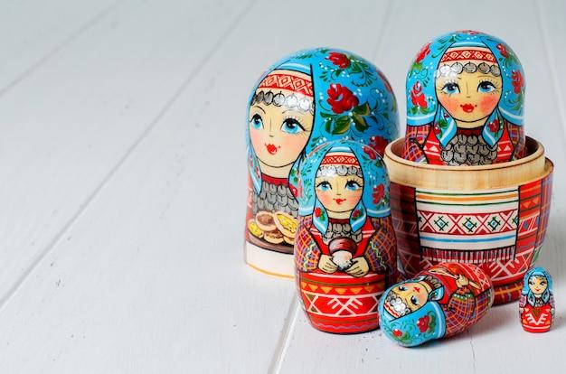 Пять красных матрешек. традиционная русская игрушка.