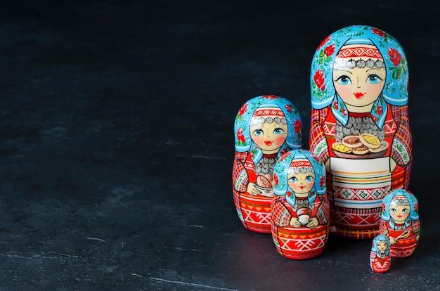 5つの赤いマトリョーシカ。伝統的なロシアのおもちゃ
