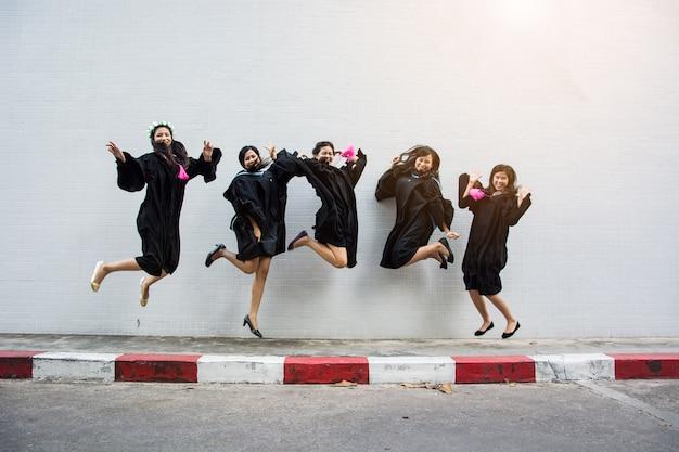 Пять учеников прыжки рады успевать.