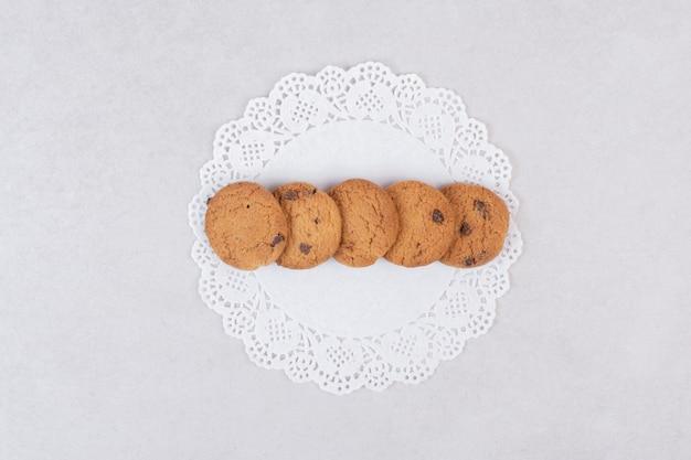 하얀 접시에 5 개의 달콤한 쿠키입니다.