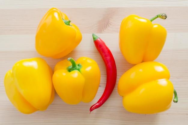 5つの甘い黄色のパプリカと1つの赤唐辛子