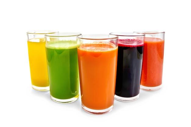 흰색 배경에 분리된 당근, 오이, 토마토, 비트루트, 호박 주스가 든 키가 큰 유리잔 5개