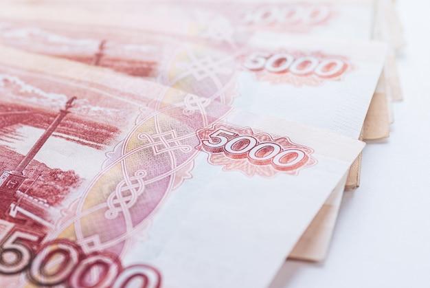 Банкноты пяти тысяч рублей крупным планом