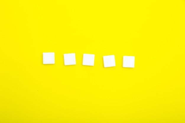 노란색 배경에 글자를 위한 5개의 흰색 빈 사각형
