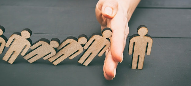 Пять деревянных человек падают на другого человека