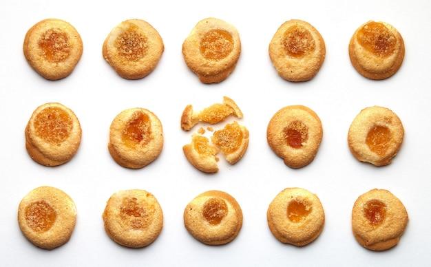 살구 잼이 균등하게 배열 된 수제 쿠키 15 개.