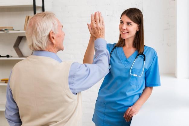 老人と介護者の高いfiving