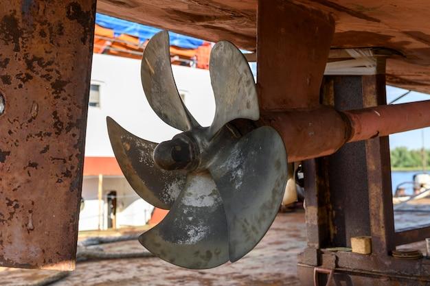 고정 블레이드 프로펠러 선박 수리 야드의 해변에있는 화물선