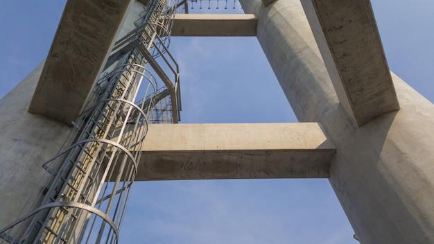 コンクリート構造の固定はしご。