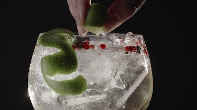 Fizzy gin drink with lime