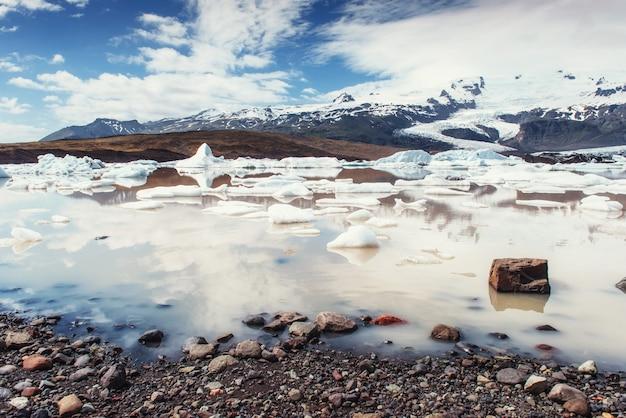 氷山氷河ラグーンfjallsarlon。積雲の白い雲が反射します