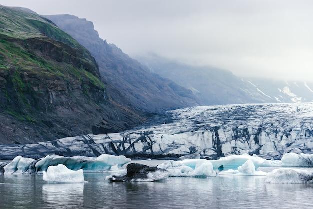 氷河湖fjallsarlonの流氷のある風景