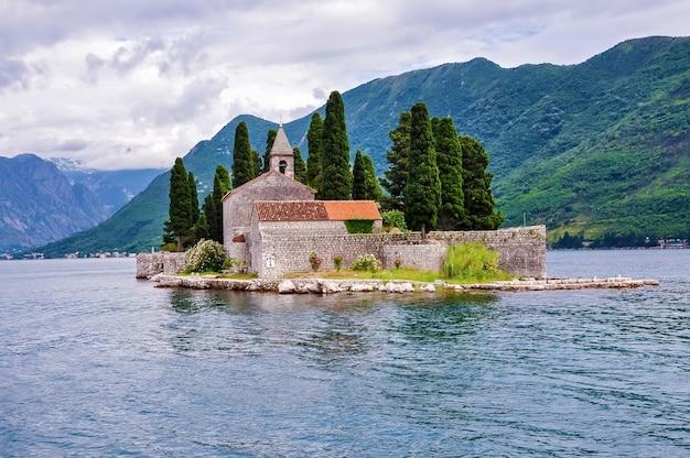 アドリア海のフィヨルド岩礁の聖母とボカコトルの海岸にあるペラストの教会