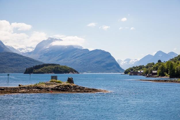 Фьорд в норвегии. красота природы и путешествия фон