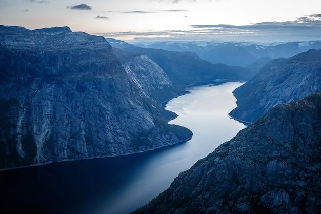 Фьорд в норвежских горах после захода солнца.