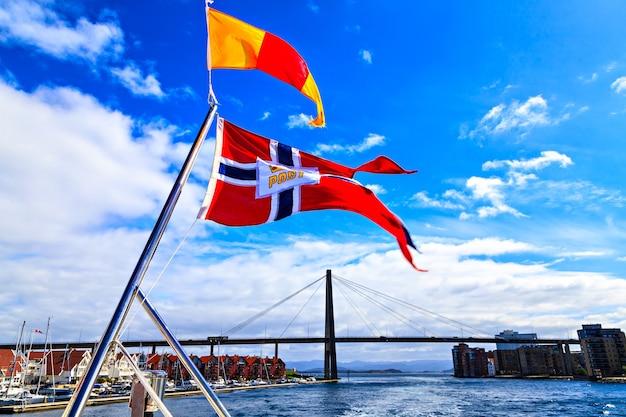 Флаг и мост возле ставангера, норвегия