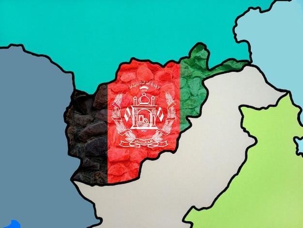 국가 지도의 질감 있는 배경에 있는 아프가니스탄의 국기