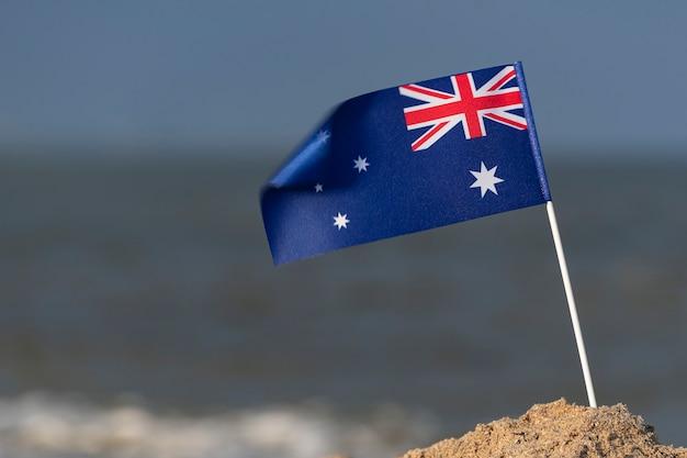 海の背景にオーストラリアの旗。オーストラリアの海辺の休日。