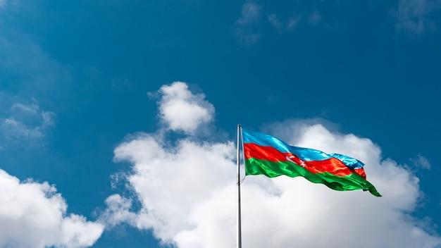 Флаг азербайджана на фоне голубого неба.