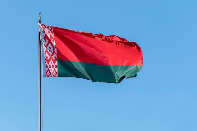 푸른 하늘에 대 한 물결 치는 벨로루시의 국기