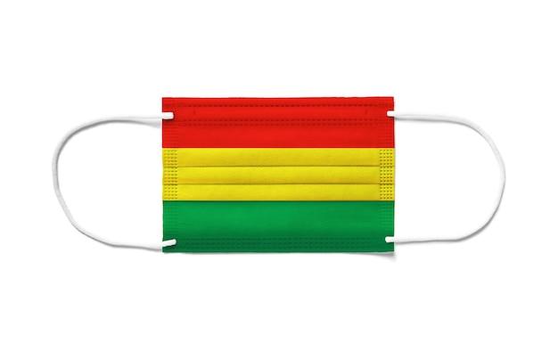 使い捨てサージカルマスクにボリビアの旗。分離された白い背景