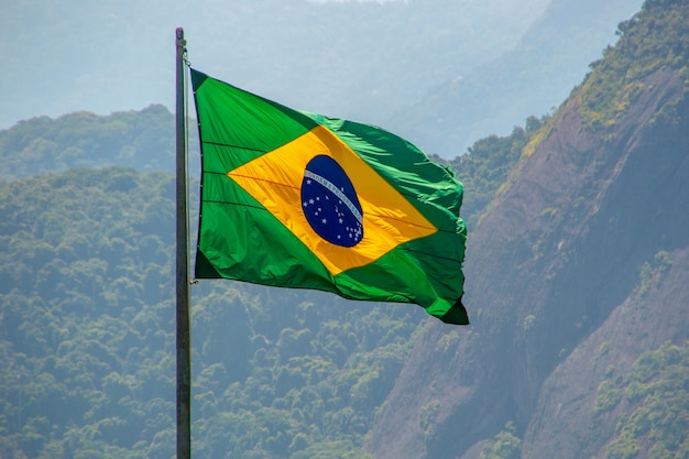 Флаг бразилии на открытом воздухе в рио-де-жанейро, бразилия.