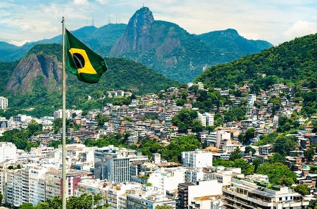 リオデジャネイロを背景にしたブラジルの国旗