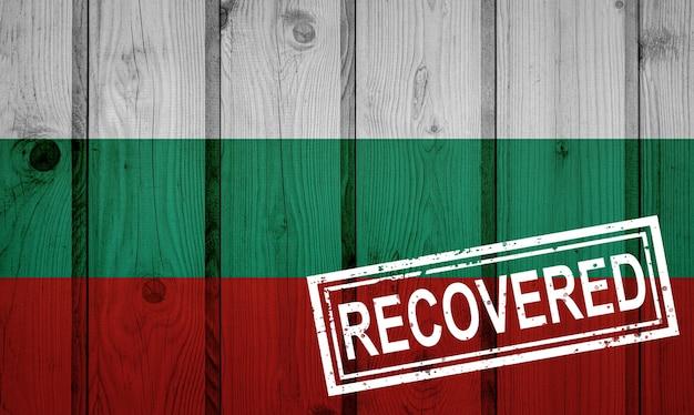 Флаг болгарии, которая выжила или оправилась от инфекций, вызванных эпидемией коронавируса или коронавируса. флаг гранж с печатью восстановлено