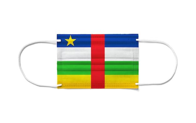 Флаг центральноафриканской республики на одноразовой хирургической маске. белая поверхность изолирована