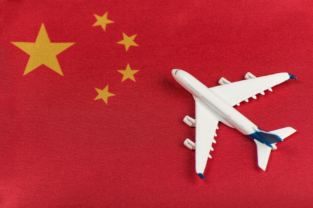 中国と模型飛行機の旗。検疫後のフライト再開、国境開放