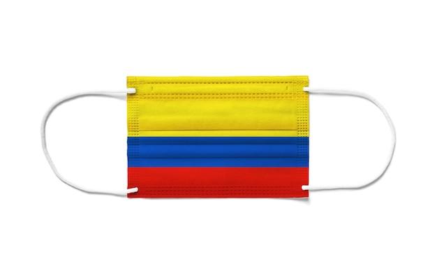 使い捨てサージカルマスクにコロンビアの旗。分離された白い背景
