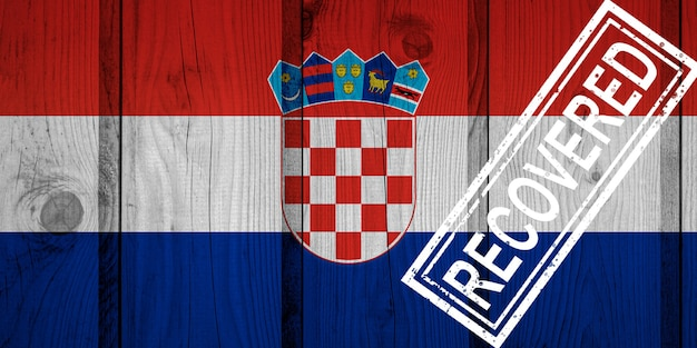 Флаг хорватии, которая выжила или оправилась от инфекций, вызванных эпидемией коронавируса или коронавируса. флаг гранж с печатью восстановлено