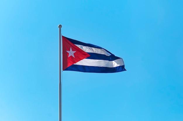 푸른 하늘을 나는 쿠바의 국기.