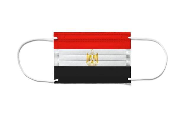 使い捨てサージカルマスクにエジプトの旗。分離された白い背景