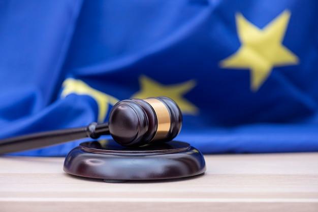 欧州連合の旗と裁判官の木製のガベル、裁判所と正義についての概念図