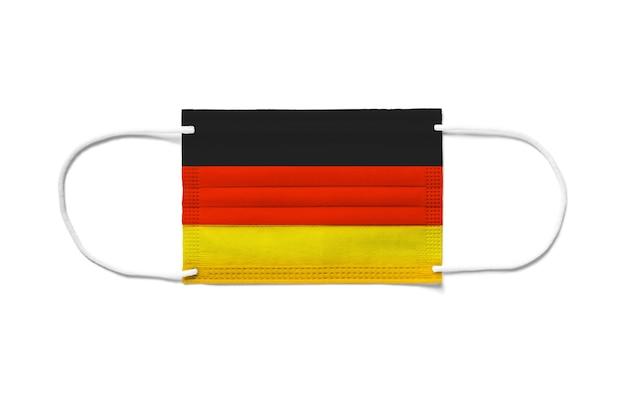 使い捨てサージカルマスク上のドイツの旗。分離された白い背景