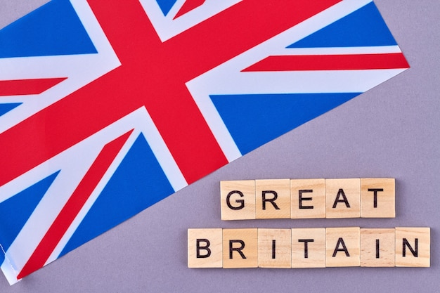 イギリスの旗。イギリスの国のシンボルの概念。紫色の背景に分離。