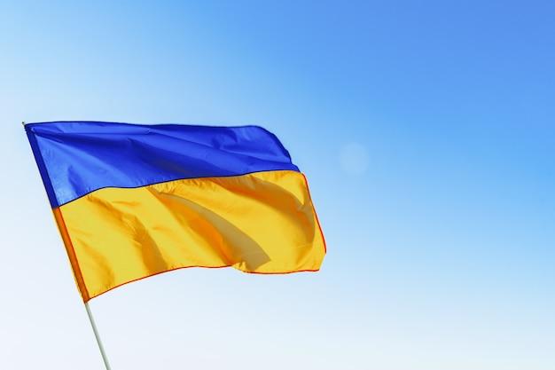 Флаг великобритании развевается против ясного голубого неба