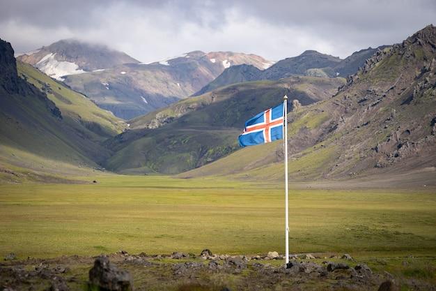 녹색 산과 푸른 하늘에 대 한 아이슬란드의 국기.