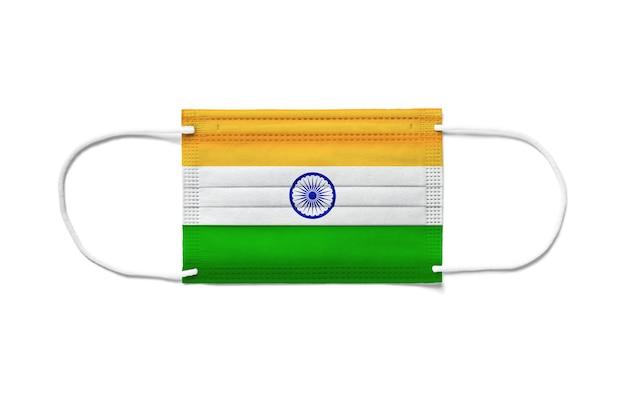 使い捨てサージカルマスクにインドの旗。分離された白い背景