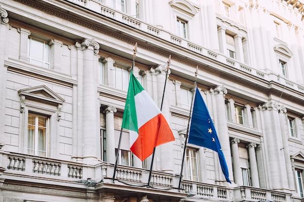 イタリアの旗とヨーロッパの旗