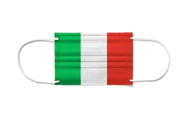 使い捨てサージカルマスクにイタリアの旗。分離された白い背景