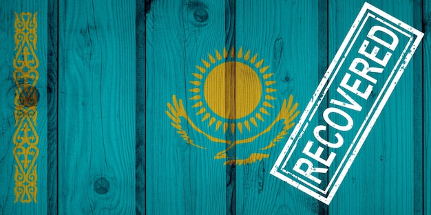 Флаг казахстана, пережившего или оправившегося от инфекций, вызванных эпидемией коронавируса или коронавируса. флаг гранж с печатью восстановлено