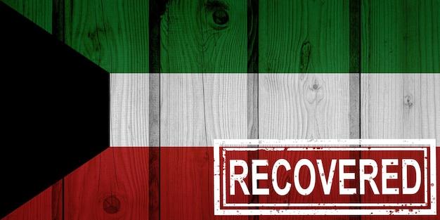 Флаг кувейта, который выжил или оправился от инфекций, вызванных эпидемией коронавируса или коронавируса. флаг гранж с печатью восстановлено