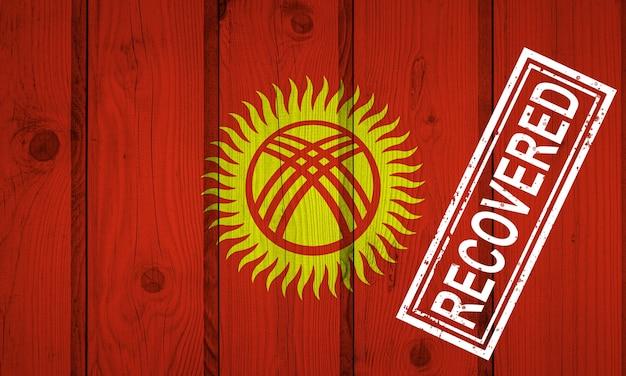 Флаг кыргызстана, который выжил или оправился от инфекций, вызванных эпидемией коронавируса или коронавируса. флаг гранж с печатью восстановлено