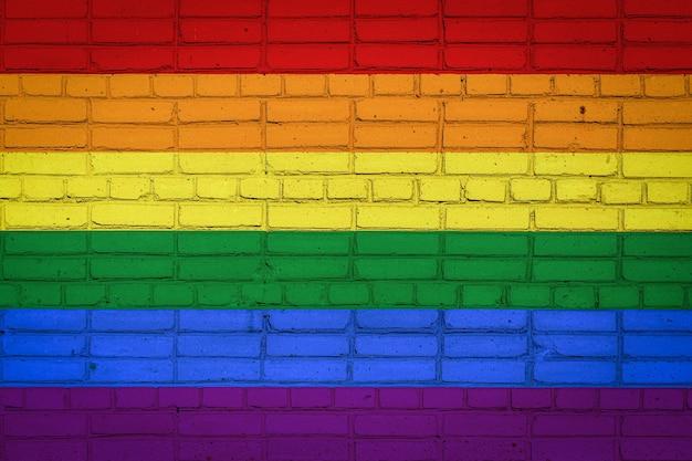古いレンガの壁にペンキの色で描かれているlgbtの旗