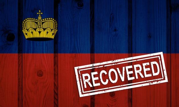 Флаг лихтенштейна, который выжил или оправился от инфекций, вызванных эпидемией коронавируса или коронавируса. флаг гранж с печатью восстановлено